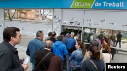 Люди выстраиваются в очередь у бюро по помощи безработным в Бадалоне в окрестностях Барселоны, 25 апреля 2013 года.