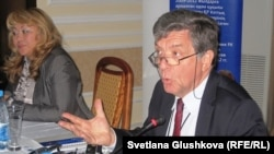 Норбер Жустен, глава представительства Европейского союза в Казахстане, и Роза Акылбекова, исполняющая обязанности директора Казахстанского бюро по правам человека. Астана, 18 октября 2011 года.