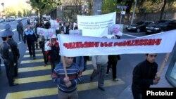 Армения - Общественное движение «Грач Мурадян – требование справедливости» и члены партии «Дашнакцутюн» проводят шествие к резиденции президента Армении, Ереван, 29 октября 2013 г.