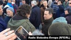 Лидерот на ВМРО ДПМНЕ Никола Груевски предводи група која оди на протест пред Основниот суд Скопје 1 по приведување на пратеници од ВМРО-ДПМНЕ кои се осомничени за инцидентите на 27 април.