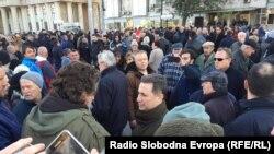 Лидерот на ВМРО-ДПМНЕ Никола Груевски предводи група која оди на протест пред Основниот суд Скопје 1 по приведување на пратеници од ВМРО-ДПМНЕ кои се осомничени за инцидентите на 27 април