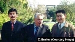 Арслан Койчиев (солдо), Чыңгыз Айтматов жана Тынчтыкбек Чоротегин (оңдо). 1999-жыл.
