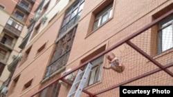 Выпавший из окна многоэтажного дома ребенок. Фото редакции издания lada.kz.