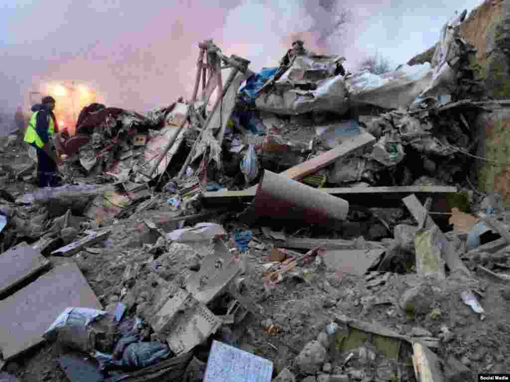 Разрушенный дом на месте падения обломков самолета.