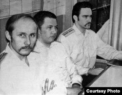 Павал Ляхновіч (зьлева) з афіцэрамі ў кают-кампаніі падводнай лодкі К-424