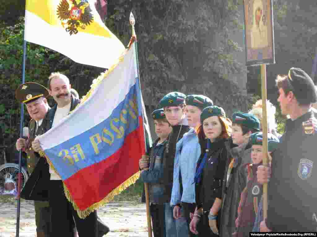 Тим часом, прихильники партії «Російська єдність» провели в українському Сімферополі ходу і мітинг з нагоди російського свята
