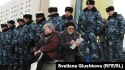 Президент кеңсесіне бармақ болған наразы адамдарды жібермей қоршап тұрған полицейлер. Астана, 28 наурыз 2011 жыл. (Көрнекі сурет)