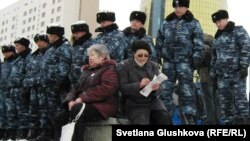 Полиция преградила дорогу к резиденции президента Казахстана участникам акции протеста. Астана, 28 марта 2011 года.