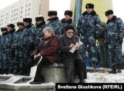 Президент Назарбаевқа шағым айта келген қарттарды полиция Ақордаға өткізбей тұр. Астана, 28 наурыз 2011 жыл. (Көрнекі сурет)