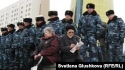 Kazakh police bar demonstrators access to the presidential residence in Astana in March.