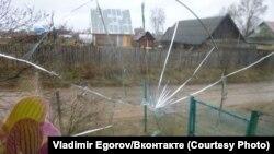 Розбите вікно в будинку Єгорова