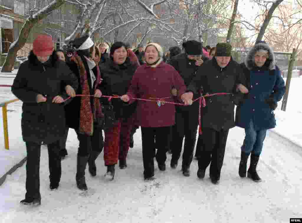 Жители проблемного общежития пытаются перекрыть главную улицу. Алматы, 23 декабря 2008 года. - Жители проблемного общежития пытаются перекрыть главную улицу. Алматы, 23 декабря 2008 года.