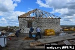 Ақтөбе қаласының іргесіндегі Қурайлы ауылында үй салып жатқан адамдар. 4 маусым 2017 жыл.