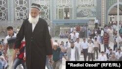 Люди выходят из мечети в Душанбе. Иллюстративное фото.
