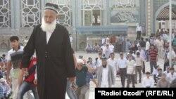 Душанбеде мешіттен шығып келе жатқан адамдар. (Көрнекі сурет)