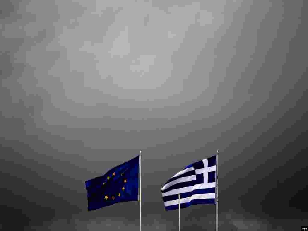 ГРЦИЈА - Во невремето со обилен дожд што од синоќа го зафати регионот Еврос и предизвика поплави во градот Александрополи во североисточниот дел на Грција, денеска биле спасени деца од градинка, како и ученици од основно училиште, а загина еден пожарникар, јави дописничката на МИА од Атина.