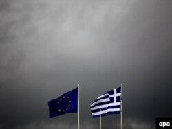 Zastave EU i Grčke se vijore u Atini dok se sprema oluja, oktobar 2011. - ilustracija