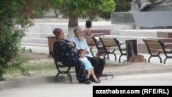 Hasabatda Türkmenistanda erkek adamlaryň 62, aýallaryň bolsa 57 ýaşynda pensiýa çykýandygy aýdylýar.