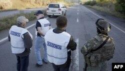 Ուկրաինա - Ուկրաինացի զինծառայողը և ԵԱՀԿ-ի դիտորդները Դոնեցկի մոտակայքում, սեպտեմբեր, 2014թ․
