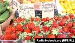 Полуниця на ринку у Донецьку