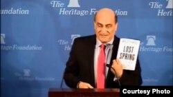 """فارس يحمل كتابه """"الربيع المفقود"""""""