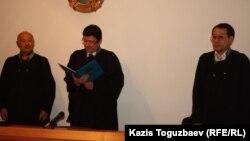 Председатель апелляционной коллегии Военного суда Айдын Нурбеков (в центре), судьи апелляционной коллегии Гани Есжанов (слева) и Бауржан Караманов. Алматы, 25 декабря 2013 года.