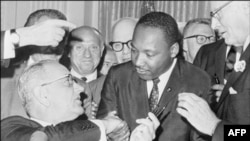 Martin Lüter Kinq prezident Lidon Consonun əlini sıxır, Vaşinqton. 3 iyul 1964