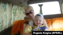 Сельский библиотекарь Наталья Воронина с внуком