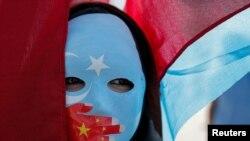 ترکیه کې د چین سفارتخانې مخې ته یوې اویغورۍ مول (ماسک) اغوستی، احتجاج کوي. ۲۰۱۹ز کال،۱ اکتوبر