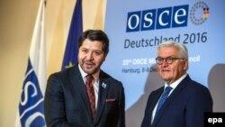 Действующий председатель ОБСЕ, министр иностранных дел Германии Франк-Вальтер Штайнмайер (справа) принимает участие в церемонии открытия заседания в Гамбурге, 8 декабря 2016 г.