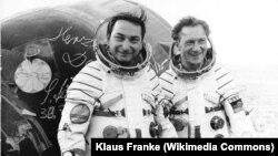 Валерий Быковский (слева) с немецким космонавтом Зигмундом Йеном, 1978 год