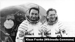 Валерий Быковский (справа) с немецким космонавтом Зигмундом Йеном, 1978 год