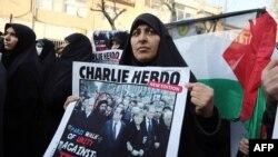 Тегерандағы Франция елшілігі алдында өткен Мұхаммед пайғамбарды карикатураға басуға қарсылық акциясы. Иран, 19 қаңтар 2015 жыл.