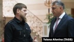 Глава Чечни Рамзан Кадыров (слева) и полпред президента РФ на Северном Кавказе Александр Матовников (архивное фото)