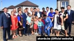 Президент Казахстана Нурсултан Назарбаев встречается с местными жителями. Ильичевка, Северо-Казахстанская область, 17 августа 2018 года.