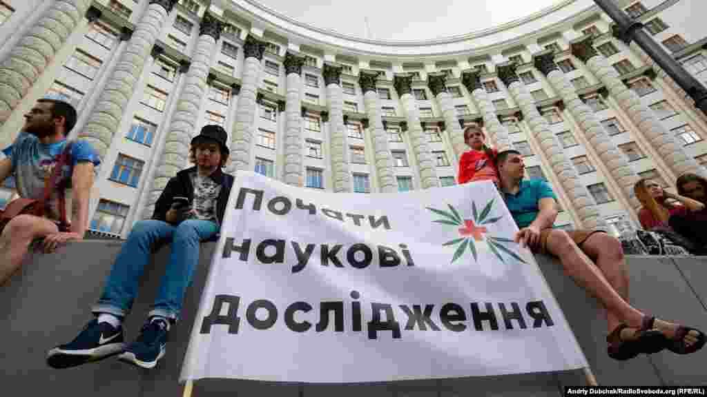 Основное требование – доступ украинцев к лечению медицинским каннабисом и препаратами на его основе.