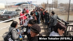Люди пересекают кыргызско-казахстанскую границу. Иллюстративное фото.