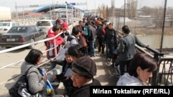 Казакстанга бара жаткан кыргыз мигранттары. 23-март, 2012-жыл.