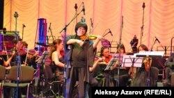"""Марат Бисенғалиев """"Шәкәрім"""" симфониясының премьерасында скрипка тартып тұр. Алматы, 10 қазан 2012 жыл."""