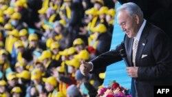 Президент Нұрсұлтан Назарбаев өзіне арналған мереке кезінде жұртпен амандасып тұр. Астана, 1 желтоқсан 2012 жыл.