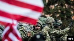 Люди з прапорами США вітають військових НАТО, Прага, 30 березня 2015 року