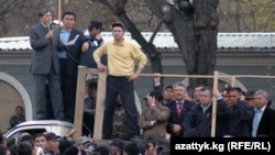 """А. Атамбаев менен Ө. Бабанов 2006-жылы да Бакиев бийлигине каршы чогуу аттанышкан эле. (Сүрөттө: """"Реформа үчүн"""" кыймылынын митинги, 2006-жылдын ноябры.)"""