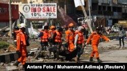 Спасатели в пострадавших районах индонезийского острова Сулавеси