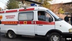 Машина скорой помощи у ворот Центрального клинического госпиталя Еревана (архив)