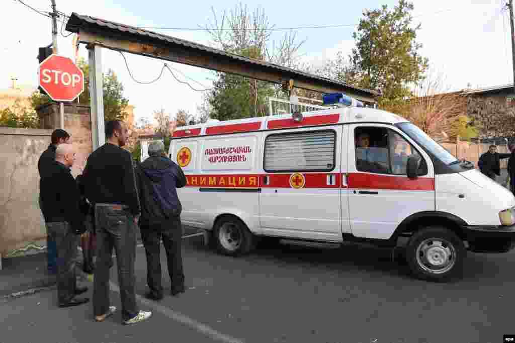 Машина «швидкої допомоги» везе в госпіталь в Єревані поранених вірменських військових