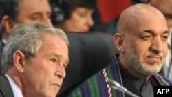 Раисҷумҳури Амрико Ҷорҷ Буш ва раисҷумҳури Афғонистон Ҳомид Карзай дар нишасти НАТО дар Бухарест