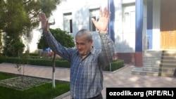 Журналист Бобомурод Абдуллаев сот имаратынан чыгып келатат. 7-май, 2018-жыл