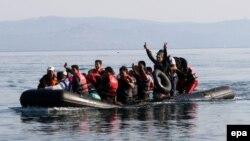 Migrantët nga Siria gjatë ludnrimit të tyre për në ujëdhesat e Greqisë