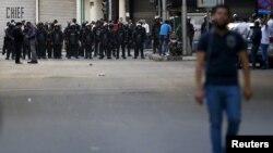 Եգիպտոս - Ցուցարարը՝ ոստիկանական պատի դիմաց, Կահիրե, 15-ը ապրիլի, 2015թ․