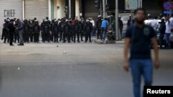 Polisiýa tarapyndan ýoly ýapylan protestçi